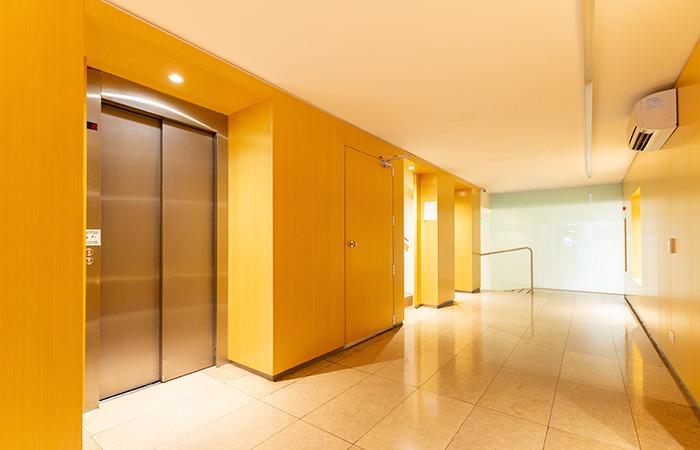 Es obligatorio bajar el ascensor a cota cero