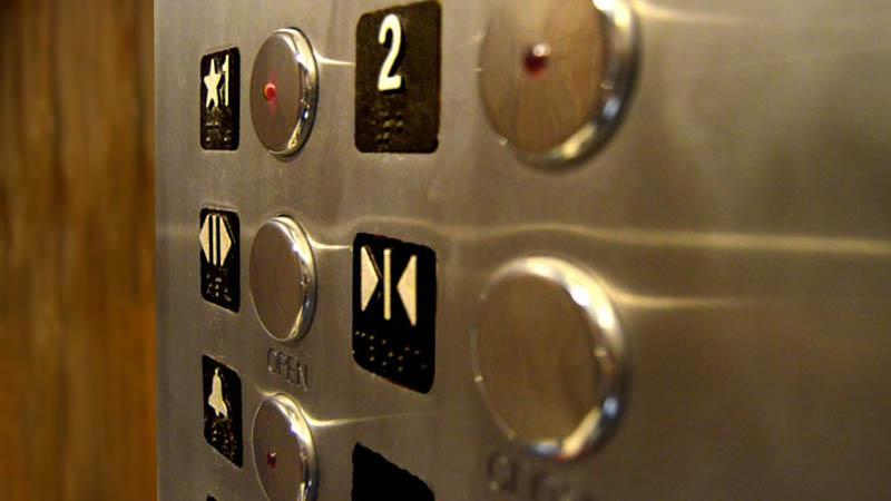 Que no debemos hacer cuando utilizamos el ascensor